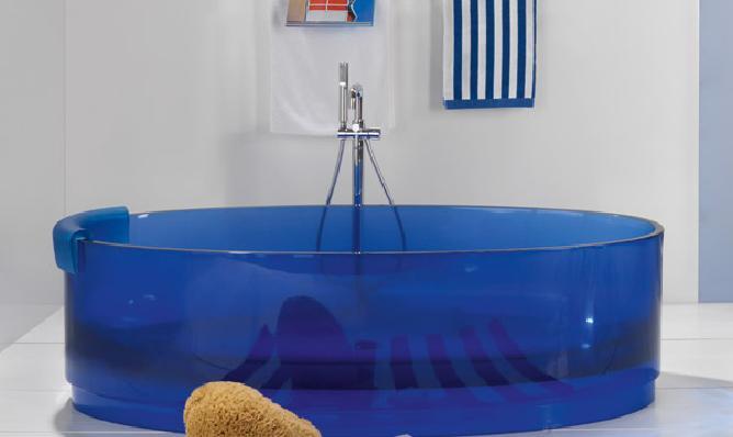 Vasca Da Bagno Trasparente : Jolie la vasca trasparente e colorata di regia designbuzz.it