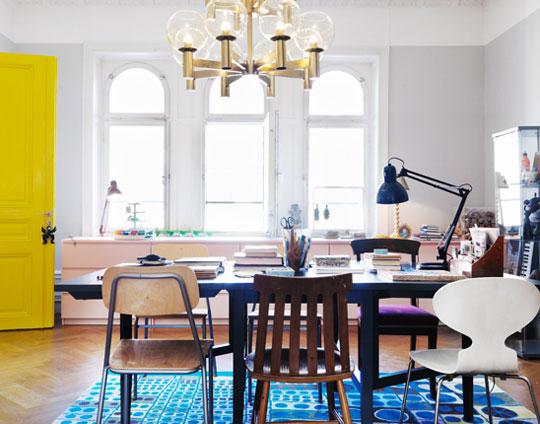 Idee decor il tavolo circondato da sedie diverse for Tavolo legno con sedie colorate